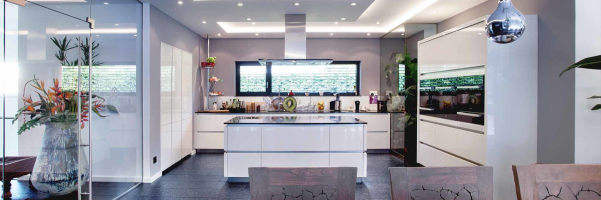 Asia style smart home: The kitchen is characterised by open-plan living and flowing spaces.