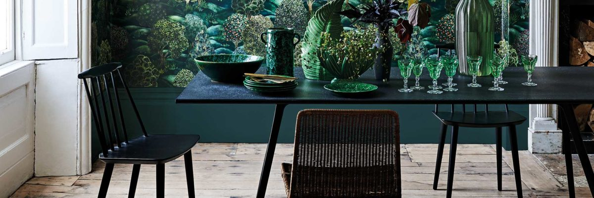 Interior design trends 2019: The forest print on the wallpaper brings nature into the living room
