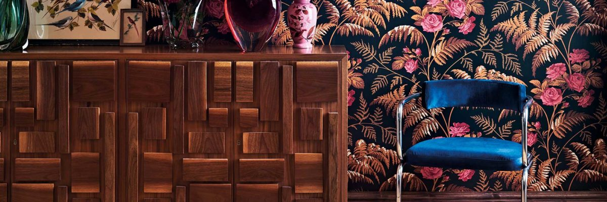 Interior design trends 2019: The rose tendrils cleverly complement the wooden furniture