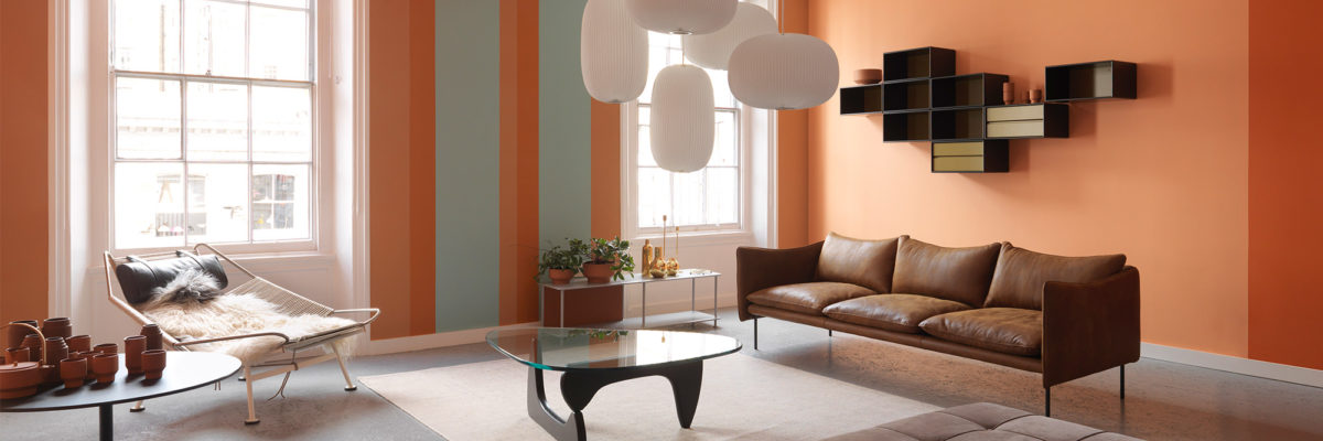 Interior design trends 2019: A beautifully designed leather sofa spices up the 60s glam look.
