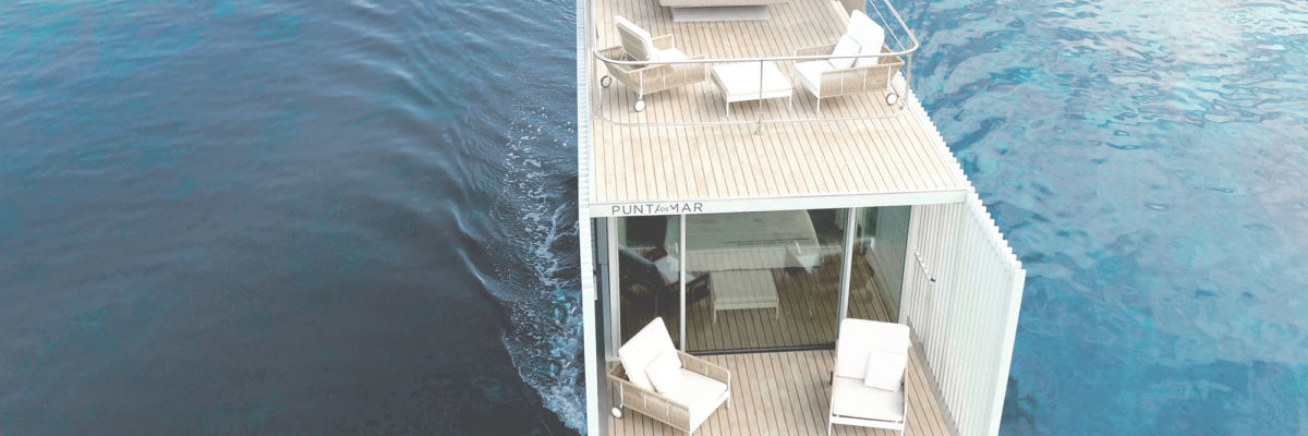 Luxurios houseboat with a wall out of glass.