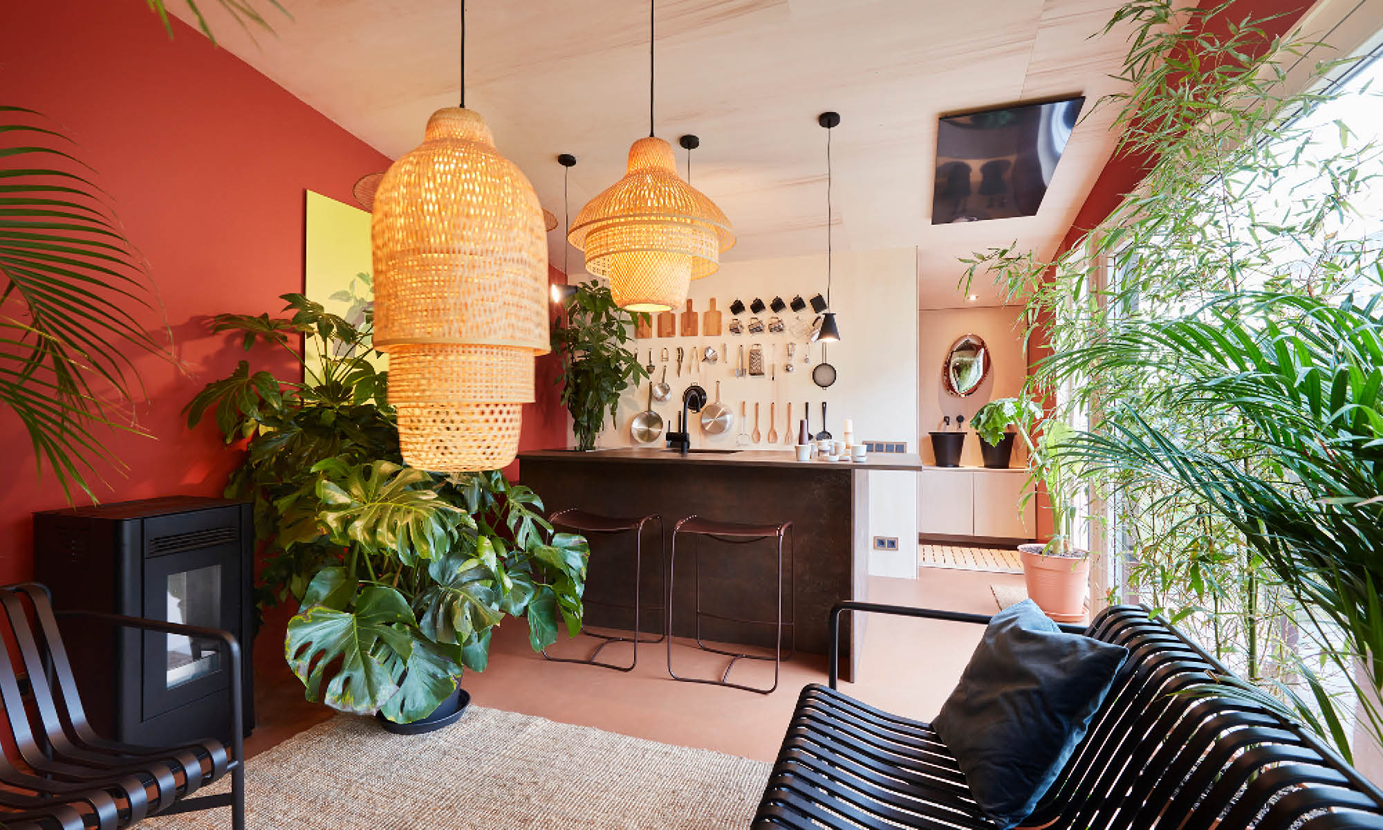 The open kitchen is decorated with many plants and other elements in bohoo style.